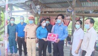 Liên đoàn Lao động tỉnh Trà Vinh: Thăm, tặng quà các chốt kiểm soát dịch bệnh Covid – 19 trên địa bàn