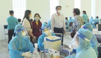Phó Chủ tịch Ủy ban nhân dân tỉnh Trà Vinh Nguyễn Quỳnh Thiện kiểm tra công tác tiêm ngừa vắc xin COVID – 19 tại Khu Công nghiệp Long Đức