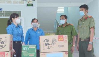 Liên đoàn Lao động tỉnh Trà Vinh: Thăm, động viên, tặng quà tại Bệnh viện dã chiến số 6, số 4, số 1 và các khu cách ly tại huyện Cầu Kè