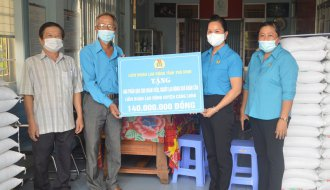Liên đoàn Lao động tỉnh: Trao tặng quà 500 đoàn viên, người lao động khó khăn do ảnh hưởng dịch COVID-19 huyện Càng Long