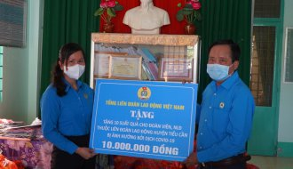 Trao 100 suất quà của Tổng LĐLĐ Việt Nam và 1.600 suất quà của LĐLĐ tỉnh cho đoàn viên và người lao động khó khăn