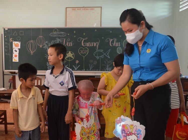 Tặng quà Trung thu cho trẻ em Trung tâm Bảo trợ xã hội tỉnh
