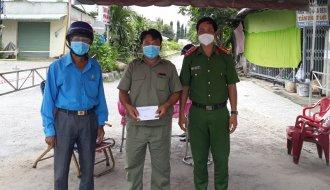 Liên đoàn Lao động huyện Càng Long: Thăm và tặng quà lực lượng trực chốt kiểm soát phòng, chống dịch COVID-19 trên địa bàn