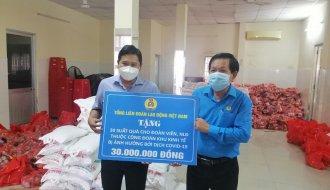 Trao quà của Tổng Liên đoàn Lao động Việt Nam và quà của Liên đoàn Lao động tỉnh cho đoàn viên và người lao động gặp khó khăn