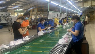 Công nhân lao động hãy nỗ lực vượt qua khó khăn tham gia phương án sản xuất mới với năng suất cao, chất lượng tốt!